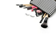 Bilden Sie Tasche mit verschiedenen den lokalisierten Kosmetik und Bürsten stockbild