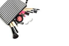 Bilden Sie Tasche mit verschiedenen den lokalisierten Kosmetik und Bürsten stockfoto
