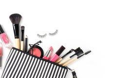 Bilden Sie Tasche mit verschiedenen den lokalisierten Kosmetik und B?rsten stockfotos