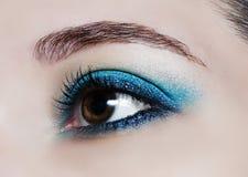 Bilden Sie Tendenz: blaue glänzende Lidschatten stockbild