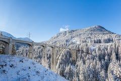Bilden Sie Viadukt Langwies in der Schweiz im Sonnenschein, Winter, Schnee aus, Stockfotos
