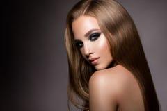 Bilden Sie Zauberporträt des Schönheitsmodells mit neuem Make-up und romantischer Frisur lizenzfreie stockbilder