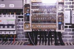 Bilden visar kontrollsovalkovet Schneider strömkretssäkerhetsbrytare och Legrand den elektriska apparatinsidan driver fallet Arkivbild
