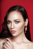 Bilden weiblicher Porträtsommer der Schönheit auf rotem Hintergrund stockbild