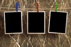 Bilder auf einem Seil mit Wäscheklammern Stockbilder