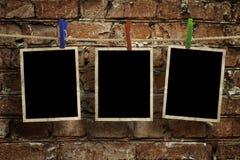 Bilder auf einem Seil mit Wäscheklammern, mit Beschneidungspfad für Bilder Stockbilder