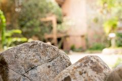 Bilder av bruna stenar med den suddiga bakgrunden royaltyfria foton