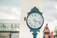 Bilder av en klocka som utomhus förläggas royaltyfria bilder