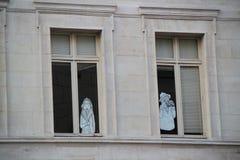 Bilder av en man och en kvinna på fönsterruta Fotografering för Bildbyråer