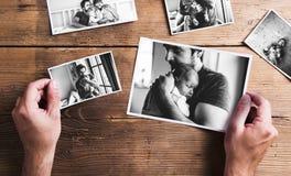 Bilder av fadern och dottern, träbakgrund Denna är mappen av formatet EPS10 royaltyfria bilder