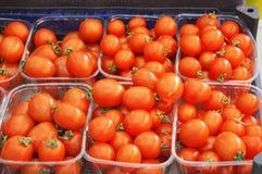 Bilder av körsbärsröda tomater i ett livsmedelsbutikförsäljningsavsnitt Arkivfoto