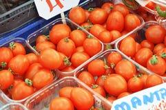 Bilder av körsbärsröda tomater i ett livsmedelsbutikförsäljningsavsnitt Arkivfoton