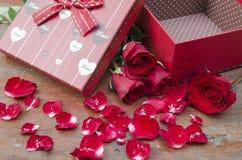 Bilder av rosor och gåvor för valentin dag. Royaltyfri Bild