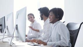 Bilder 3d getrennt auf weißem Hintergrund Glücklicher Frauen-Betreiber, der nach on-line-Abkommen zujubelt stock video footage