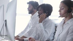 Bilder 3d getrennt auf weißem Hintergrund Leute in den Kopfhörern, die an der Kundenbetreuung arbeiten stock video footage