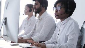 Bilder 3d getrennt auf weißem Hintergrund Leute in den Kopfhörern, die an der Kundenbetreuung arbeiten stock footage