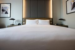 Bilder eines generischen Hotelzimmers - Bett, Fenster, Tabelle, Lampen alle im Schuss stockfoto