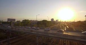 Bilder erfolgt in Russland, nahe der Stadt von Rzhev Abendverkehr am Sonnenuntergang stock video footage