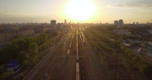 Bilder erfolgt in Russland, nahe der Stadt von Rzhev Abendverkehr am Sonnenuntergang stock video