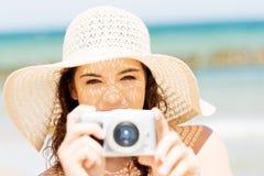 Bilder för sommarkvinnasamtal med den digitala kameran Arkivbild