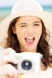 Bilder för sommarkvinnasamtal med den digitala kameran Royaltyfri Fotografi