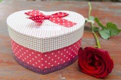 Bilder von Rosen und von Geschenken für Valentinstag Lizenzfreies Stockbild
