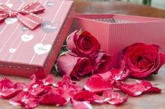 Bilder von Rosen und von Geschenken für Valentinstag Lizenzfreie Stockfotos