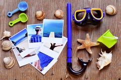 Bilder von Strandszenen und von anderem Sommermaterial auf einem rustikalen Holz Lizenzfreies Stockfoto
