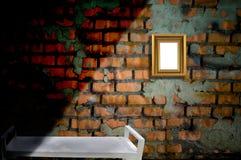 Bilderrahmen auf der alten Backsteinmauer Lizenzfreies Stockfoto