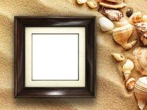 Bilderrahmen auf Oberteilen und Sandhintergrund Stockbild