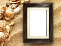 Bilderrahmen auf Oberteilen und Sandhintergrund Lizenzfreie Stockfotografie