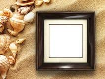 Bilderrahmen auf Oberteilen und Sandhintergrund Stockfotos