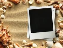 Bilderrahmen auf Oberteilen und Sandhintergrund Stockfotografie