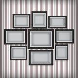 Bilderrahmen hängen an der Wand mit Retro- Tapete Lizenzfreie Stockfotografie
