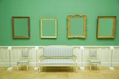 Bilderrahmen im grünen Raum des Museums Stockfotos
