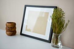 Bilderrahmen mit hölzernem Bleistifthalter und -Vase Stockbilder