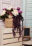 Bilderrahmen und Blumen auf Holzkiste Lizenzfreies Stockfoto