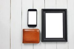 Bilderrahmen und Smartphone und braune Geldbörse lizenzfreie stockfotografie