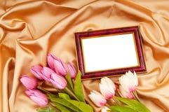 Bilderrahmen und Tulpeblumen Stockbild