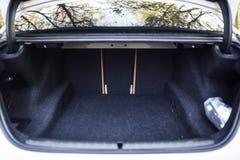 Bildetaljer: tom bilkänga med tillgängligt bagageutrymme Arkivfoton