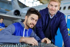 Bildflugzeugtechniker bei der Arbeit stockbild