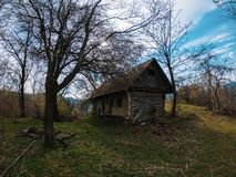 Bildhafte Landschaftsaltes verfallenes hölzernes kleines Haus lizenzfreie stockfotografie