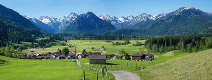 Bildhaftes alpines Landschaft-allgau, Ansicht zu rubi Dorf und ober lizenzfreie stockfotografie