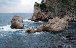 Bildhaftes blaues adriatisches Meer in Dubrovnik Stockfoto
