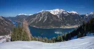 Bildhaftes See achensee im März, Ansicht vom Berg Stockbilder