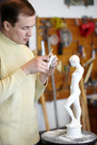 Bildhauer arbeitet an Fragment der Skulptur Stockbild