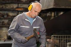 Bildhauer des alten Mannes bearbeitet Steinbruch Lizenzfreies Stockbild