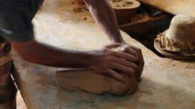 Bildhauer knetet Lehm mit Ihren Händen stock footage