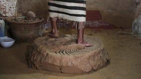 Bildhauer knetet Lehm mit seinen Füßen stock footage