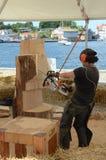 Bildhauer mit Kettensäge Stockbild